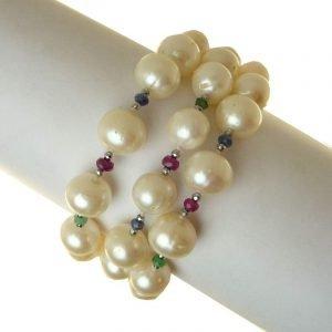 Bracciale Cecilia Rajola, perle di fiume bianche, zaffiri, rubini,smeraldi e oro. Made in Italy.