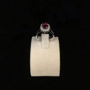 Anello in oro bianco 18Kt con diamanti taglio brillante e rubino.