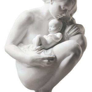 Figura Lladrò in porcellana bianca opaca di madre nuda con il suo bambino in grembo sul piedistallo in legno marrone.