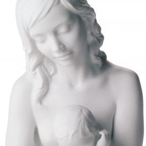 La madreè una figura in porcellana opaca dipinta a mano dall'artista Josè Javier Malavia. L'articolo fa parte della collezioneFamigliadiLladrò.