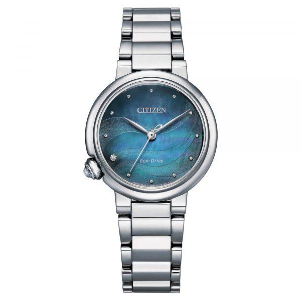 Orologio da donna CitizenEM0910-80Ncon movimento Eco-Drive a carica luce. La cassa da 30 mm e il bracciale sono in acciaio, il vetro zaffiro protegge il quadrante in madreperla blu. WR 10 bar